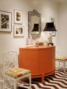 Foyer personalized with photos, lamps and chairs